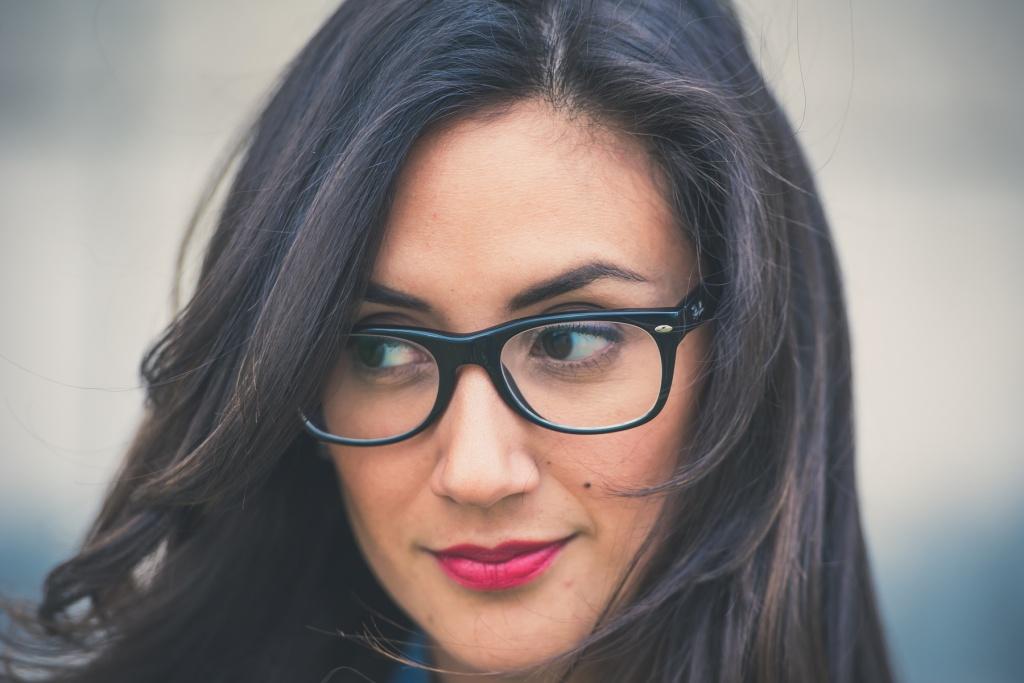 7 praktycznych porad jak dobrać okulary | Trusted Cosmetics