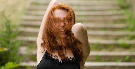 Jak pielęgnować włosy jesienią?