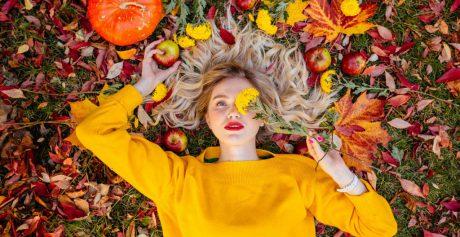 Jak dbać o włosy jesienią?